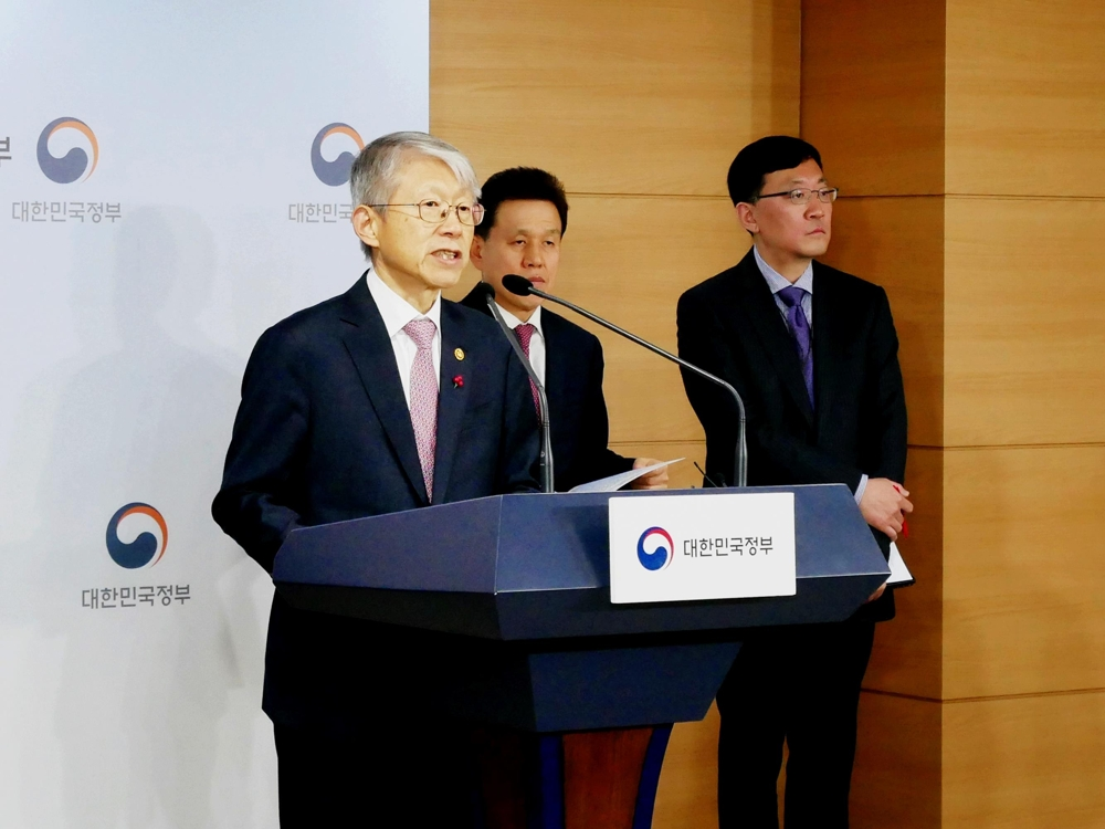 Minister of Science and ICR Choi Ki-young (L) holds a press conference in Seoul on Jan. 13, 2020, to outline South Korea's goal to build up the sci-tech and AI sectors. (Yonhap)