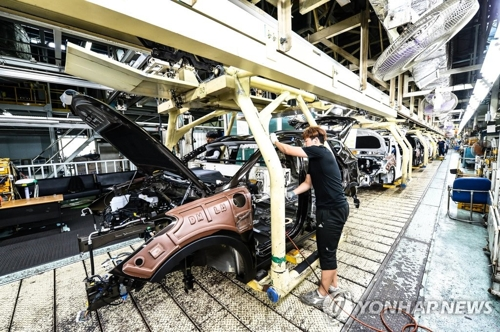This file photo provided by Hyundai Motor shows an employee working at an assembly line of the carmaker's No. 2 plant in Ulsan. (PHOTO NOT FOR SALE) (Yonhap)