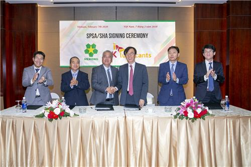 In this photo taken Feb. 7, 2020, and provided by SK Lubricants, the company's CEO & President Cha Gyu-tak (3rd from R) shakes hands with his Mekong counterpart Hoang Le in Vietnam after signing an agreement for a stake investment in Mekong. (PHOTO NOT FOR SALE) (Yonhap)