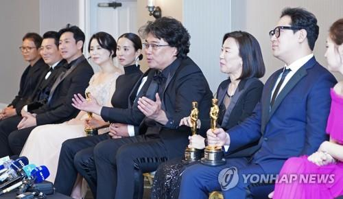 Director Bong Joon-ho (C) speaks during a press conference following winning four awards at the 92nd Academy Awards held at the Dolby Theatre in Los Angeles on Feb. 9, 2020. (Yonhap)