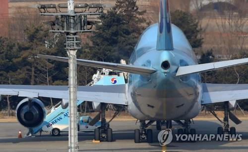 Authorities at Gimpo International Airport in western Seoul carry out quarantine work on the first evacuation flight that brought 368 South Korean citizens home from coronavirus-hit Wuhan, China, on Jan. 31, 2020. (Yonhap)