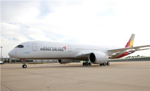 This photo provided by Asiana Airlines shows one of its A350 jets. (PHOTO NOT FOR SALE) (Yonhap)