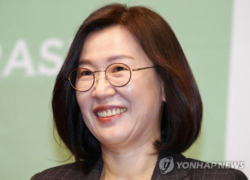 "Kwak Sin-ae, producer of ""Parasite,"" smiles at a press conference in Seoul on Feb. 19, 2020. (Yonhap)"