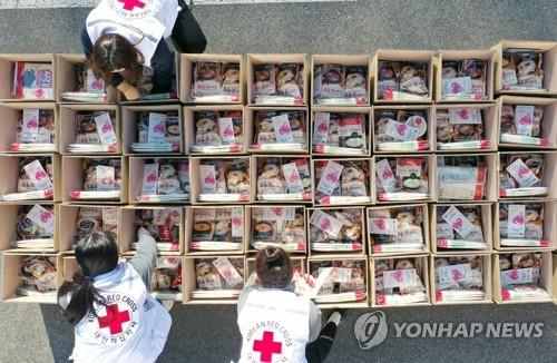 Employees of the National Red Cross prepare emergency relief kits packed with basic necessities like instant food in the southwestern city of Gwangju on March 6, 2020, for delivery to impoverished people experiencing difficulties amid the spread of the new coronavirus. (Yonhap)