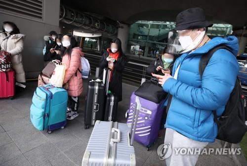 This file photo shows Chinese students waiting for buses at Incheon International Airport, west of Seoul. (Yonhap)