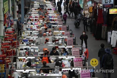 Seomun Market, a major traditional market in COVID-19-hit Daegu, shows modest signs of recovery on March 25, 2020, as the number of new coronavirus cases nationwide has gradually declined recently. (Yonhap)