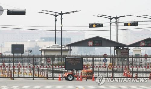 This photo shows a gate of the U.S. base Camp Humphreys in Pyeongtaek, south of Seoul. U.S. Forces Korea (USFK) said in a tweet, on March 8, 2020, that the U.S. Department of the Army has ordered its soldiers and their families to stop movement to and from South Korea amid concerns over the new coronavirus. (Yonhap)