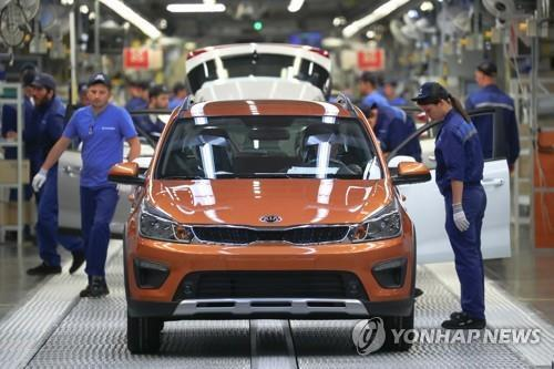 Workers of Hyundai Motor's plant in St. Petersburg check vehicles, in this photo provided by Russia's Tass news agency. (PHOTO NOT FOR SALE) (Yonhap)