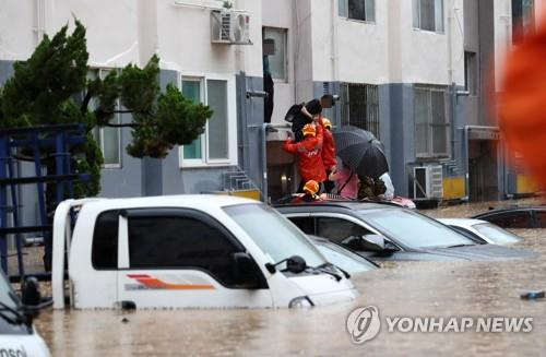 Flooding in Daejeon kills one, damages hundreds of homes and cars