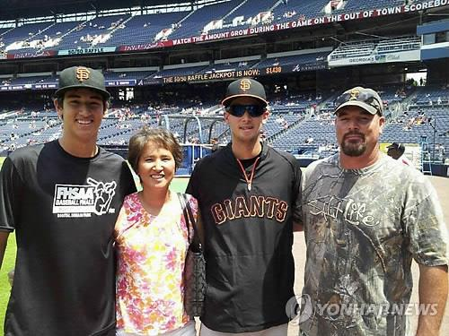 (From L) Current Chicago White Sox pitcher Dane Dunning, his Korean-born mother Misu Dunning, Dane's brother and San Francisco Giants pitcher Jake Dunning and his father John Dunning pose together in 2013, in this photo provided by Misu Dunning. (PHOTO NOT FOR SALE) (Yonhap)