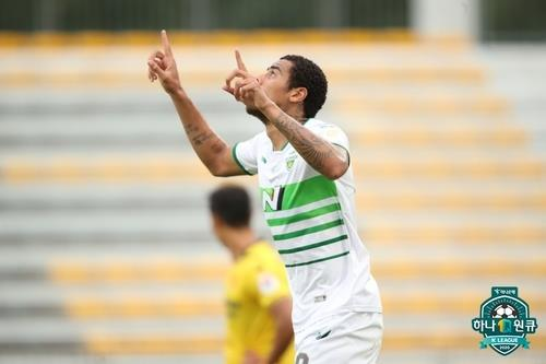 Gustav of Jeonbuk Hyundai Motors celebrates his goal against Gwangju FC during the clubs' K League 1 match at Gwangju Football Stadium in Gwangju, 330 kilometers south of Seoul, on Sept. 12, 2020, in this photo provided by the Korea Professional Football League. (PHOTO NOT FOR SALE) (Yonhap)