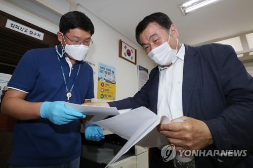 The secretary general of a coalition of conservative civic groups seeking to hold anti-government rallies submits an application for Oct. 3 demonstrations at Jongno Police Station in central Seoul on Sept. 16, 2020. (Yonhap)