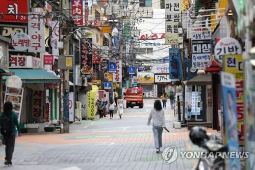 This photo taken Sept. 25, 2020, shows only a few people in Seoul's university district of Shinchon amid the pandemic. (Yonhap)