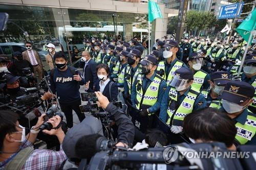 Police officers block civic activists from marching in central Seoul on Oct. 9, 2020. (Yonhap)