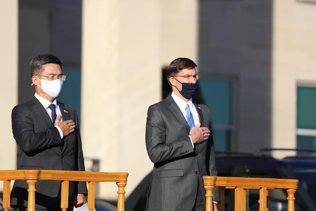 This photo shows South Korean Defense Minister Suh Wook (L) and U.S. Defense Secretary Mark Esper saluting the flag in a ceremony at the Pentagon on Oct. 14, 2020 to welcome the South Korean defense chief before the start of their annual defense ministerial talks, known as the Security Consultative Meeting. (Pool Photo) (Yonhap)