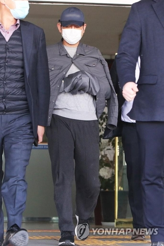 Kim Bong-hyun, owner of Star Mobility, is taken out of a detention room at Nambu Police Station in Suwon, south of Seoul, on April 24, 2020, to undergo a probe into his alleged involvement in Lime Asset Management Co.'s cover-up of massive losses and subsequent suspension of fund redemption worth an estimated 1.6 trillion won (US$1.3 billion). (Yonhap)(END)