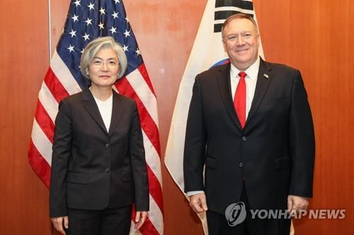South Korean Foreign Minister Kang Kyung-wha (L) poses with U.S. Secretary of State Mike Pompeo during their meeting at the Four Seasons Hotel Silicon Valley in Palo Alto near San Francisco on Jan. 14, 2020, in this photo provided by Kang's ministry. (PHOTO NOT FOR SALE) (Yonhap)