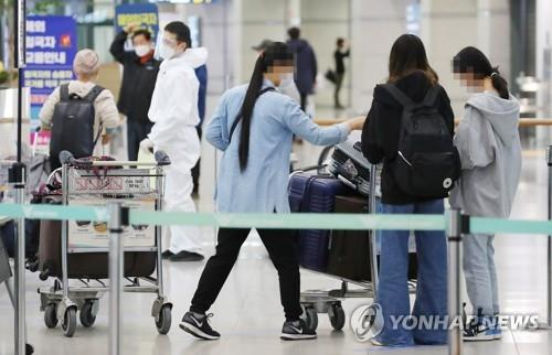 This file photo shows passengers at Incheon International Airport. (Yonhap)
