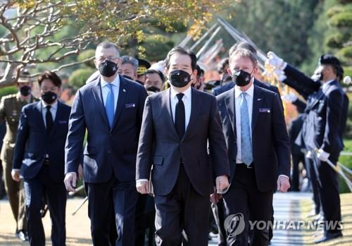 "South Korean Prime Minister Chung Sye-kyun attends the ""Turn Toward Busan International Memorial Ceremony"" at the U.N. Memorial Cemetery in the southern city of Busan on Nov. 11, 2020. (Yonhap)"