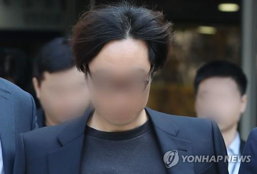 "Producer Ahn Joon-young leaves the Seoul Central District Court in handcuffs on Nov. 5, 2019, after attending a court review of his arrest warrant on charges of manipulating the text message-based vote results of ""Produce X 101,"" a fan-voted K-pop competition show that ran on local cable channel Mnet. (Yonhap)"