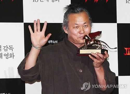 "In this file photo taken on Sept. 11, 2012, director Kim Ki-duk poses at a press conference in Seoul after winning the Golden Lion at the Venice Film Festival for ""Pieta."" (Yonhap)"