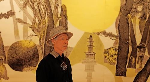 This photo, provided by the Gyeongju World Culture Expo, shows Park Dae-sung, a Korean traditional painting master standing in front of his artwork. (PHOTO NOT FOR SALE) (Yonhap)
