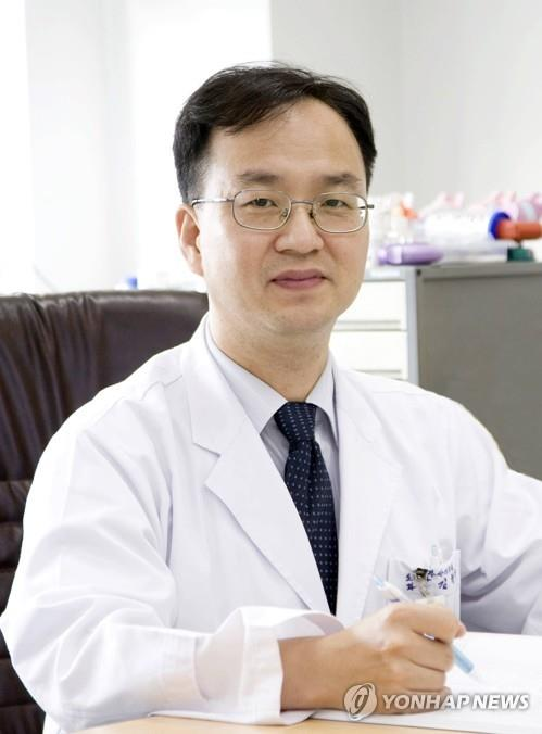 Kim Hyeong-soo, a senior doctor at the Busan Medical Center in the southern port city, poses for the camera in this photo provided by the hospital. (PHOTO NOT FOR SALE) (Yonhap)