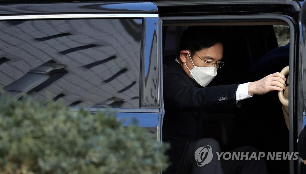 In this file photo, Lee Jae-yong, vice chairman of Samsung Electronics Co., gets out of a car outside the Seoul High Court to attend a hearing on Dec. 30, 2020. (Yonhap)