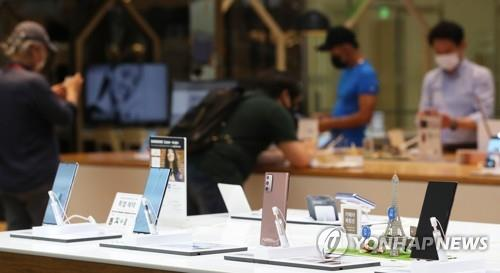 This file photo, taken on Aug. 7, 2020, shows Samsung Electronics Co.'s Galaxy Note 20 smartphones displayed at a store in Seoul. (Yonhap)