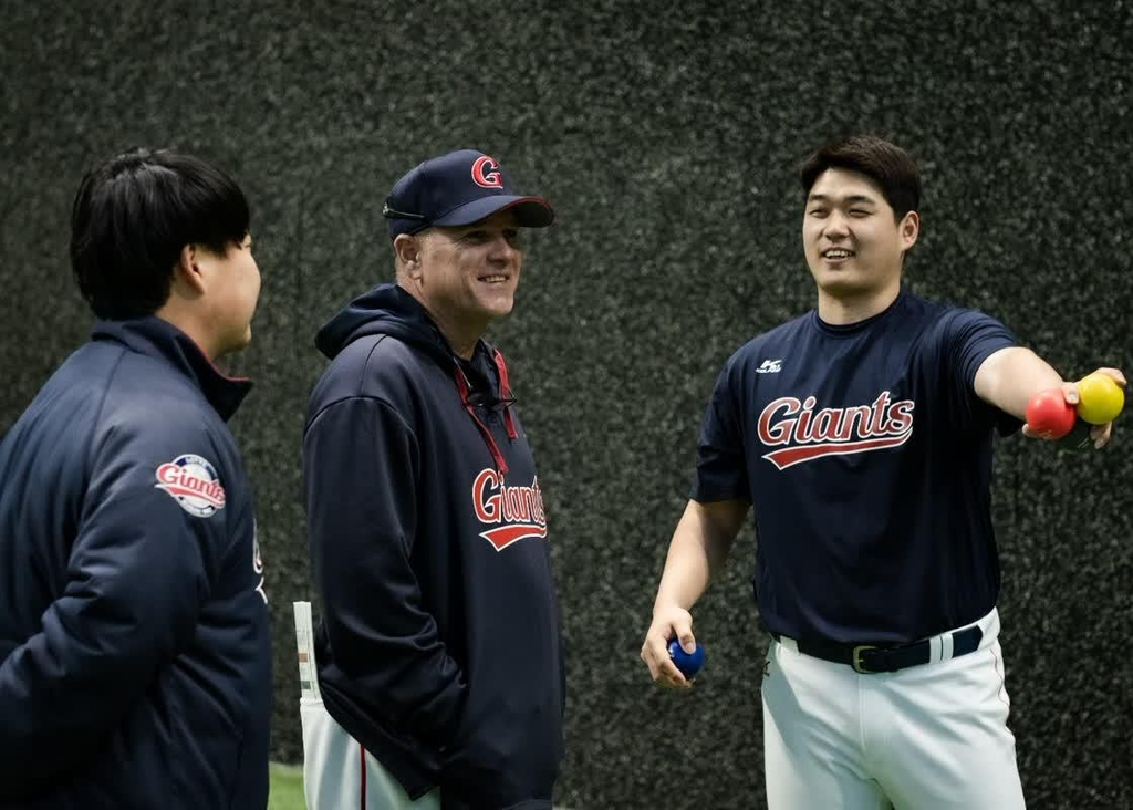 Larry Sutton (C), manager of the Lotte Giants' Futures League affiliate, speaks to a player and a team staffer during spring training at Sangdong Stadium in Gimhae, 450 kilometers southeast of Seoul, on Feb. 4, 2021, in this photo provided by the Giants. (PHOTO NOT FOR SALE) (Yonhap)