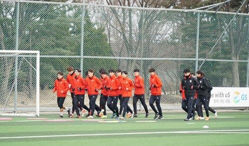 This photo provided by FC Seoul on Feb. 25, 2021, shows players of the K League 1 club training at GS Champions Park in Guri, just east of Seoul. (PHOTO NOT FOR SALE) (Yonhap)
