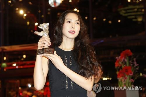 "In this EPA photo taken on Feb. 18, 2017, South Korean actress Kim Min-hee poses after winning the Silver Bear for best actress for the movie ""On the Beach at Night Alone"" during the 67th Berlin International Film Festival. (Yonhap)"