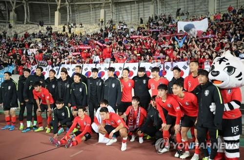 In this file photo from Oct. 10, 2019, South Korean players pose for photos in front of fans following their 8-0 victory over Sri Lanka in the teams' Group H match in the second round of the Asian qualification for the 2022 FIFA World Cup at Hwaseong Sports Complex Main Stadium in Hwaseong, Gyeonggi Province. (Yonhap)