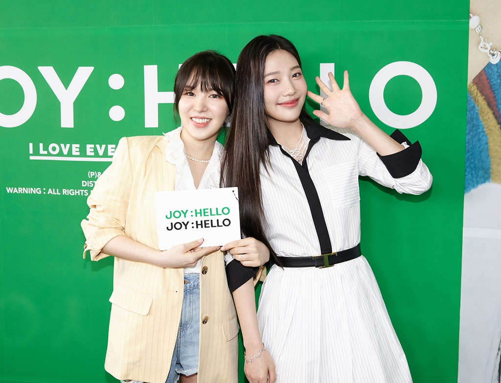 This photo, provided by SM Entertainment, shows K-pop act Red Velvet's member Joy (R) posing with group member Wendy during a news conference on May 31, 2021. (PHOTO NOT FOR SALE) (Yonhap)