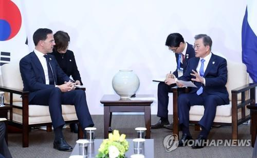 South Korean President Moon Jae-in (R) talks with Dutch Prime Minister Mark Rutte during a meeting in Pyeongchang, Gangwon Province, in this file photo taken Feb. 9, 2018. (Yonhap)