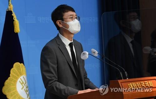 This photo provided by the National Assembly press corps shows Rep. Kim Woong of the People Power Party speaking to the media during a press conference on Sept. 8, 2021, at the National Assembly in Seoul. (Yonhap)