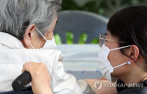 A woman speaks with her mother at a nursing home in Chuncheon, Gangwon Province, on the eve of the traditional holiday of Chuseok on Sept. 20, 2021. (Yonhap)