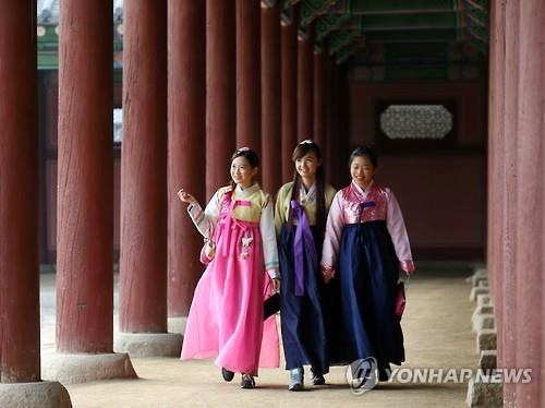 Des touristes étrangères portant le hanbok, costume traditionnel coréen. (Photo d'archives Yonahap)