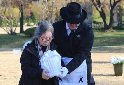 L'épouse de Kurt Dressler, un vétéran américain de la guerre de Corée (1950-1953).