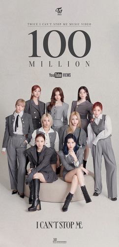 Une affiche promotionnelle pour célébrer le dépassement des 100 millions de vues sur YouTube du clip vidéo «I Can't Stop Me» du girls band Twice. (Photo fournie par JYP Entertainment. Revente et archivage interdits)
