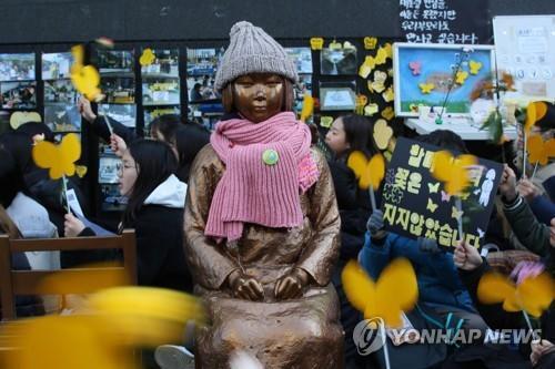 慰安婦問題の解決を求めて毎週水曜日にソウルの日本大使館前で開かれている「水曜集会」の様子(資料写真)=(聯合ニュース)