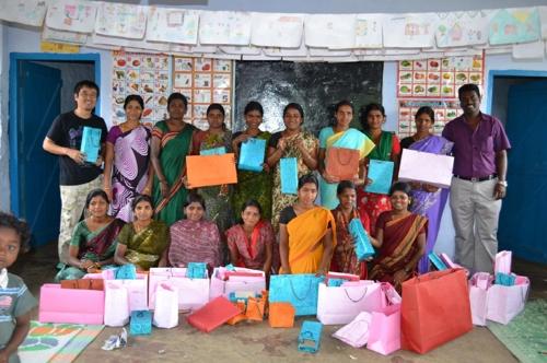 인도 여성들의 자립을 위한 사업도 전개한 안승진 지부장(뒷줄 맨 왼쪽)
