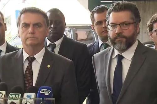 자이르 보우소나루 대통령(왼쪽)과 에르네스투 아라우주 외교장관 [브라질 시사주간지 베자]