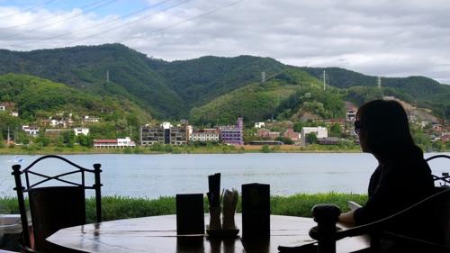 영화 '강변호텔'을 촬영한 남양주 북한강변의 한 호텔 커피숍에서 내다보이는 북한강 풍경 [사진/권혁창 기자]