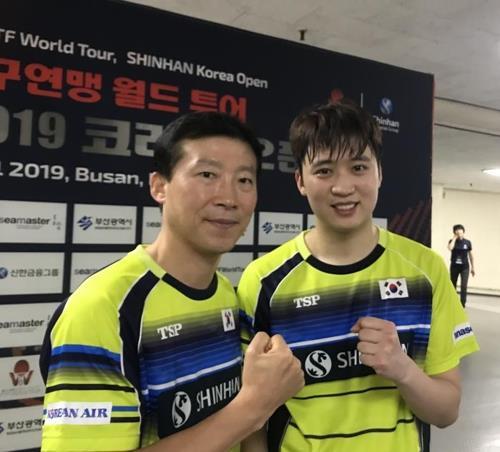 정영식(오른쪽)과 함께 나란히 촬영한 김택수 남자탁구 대표팀 감독
