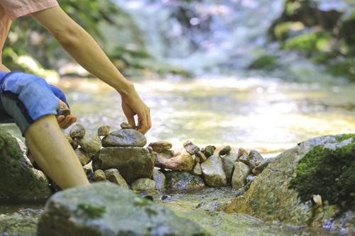 쉼터 거주자 김모 씨가 계곡에서 돌을 쌓으며 답답한 마음을 달래고 있다.[사진/성연재 기자]