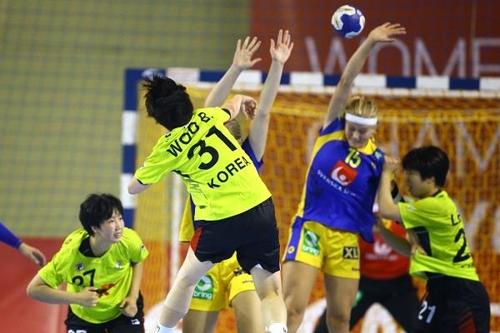지난해 18세 이하 세계선수권에서 슛을 던지는 우빛나(31번).