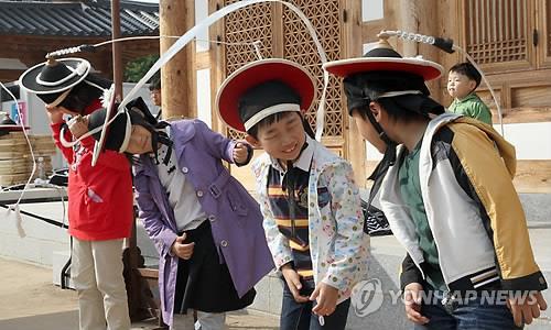 전주 한옥마을서 상모돌리기 배우는 어린이들