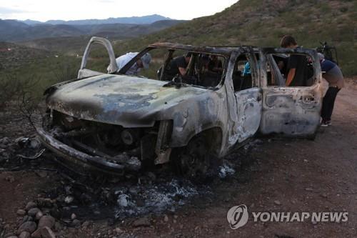 카르텔 총격으로 불에 탄 SUV
