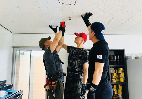 불 나간 전등을 교체하고 있는 해병대 9여단 김기용 상사와 대원들